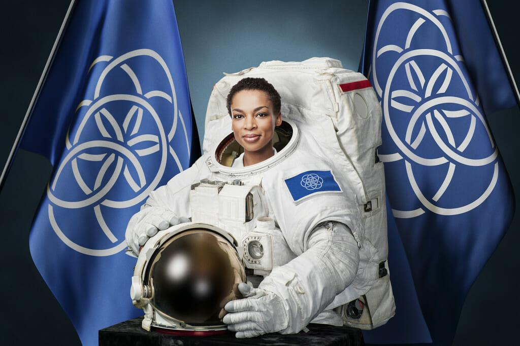 Astronauta e a Bandeira Internacional do Planeta Terra - Acredite.co
